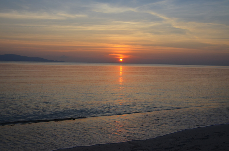 Wenn man schon an der Nordwestküste von Koh Phangan ist, dann sollte man sich einen Sundowner in der 360 Grad Bar hoch oben auf einem Hügel nicht entgehen lassen. Von hier hat man einen wunderbaren 360 Grad Blick und kann auch einen guten Ausblick auf Loh Ma genießen. Aus den Lautsprechern klingen Chilloutklänge und ich gönne mir einen Mai Tai und versöhne mich ein bisschen mit meinem Schicksal hier alleine zu sitzen. Was solle, hauptzache der Mai Thai schmeckt. Und das tat er, so dass ich mir gleich nochmal einen ordere.