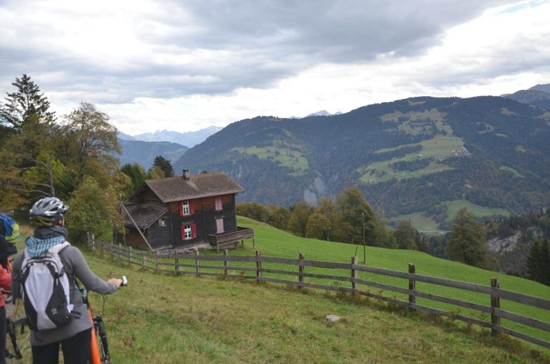 """Die fast 800 Meter Höhenunterschied vom Valcaus nach Seewis vergingen leider viel zu schnell. Wir waren uns alle einig, dass wir diese Talabfahrt gerne noch einmal gemacht hätten. Doch da kommen wir zum anstrengenden Teil von Pressereisen: trotz Adrenalinschub mussten wir jetzt weiter zum nächsten Programmpunkt und der wartete im Kuhstall in Seewis auf uns. Wir bastelten """"Tschäpel"""" - das ist der Kopfschmuck für die Kühe, die morgen beim Alpspektakel von Seewis ins Tal hinabgetrieben werden."""