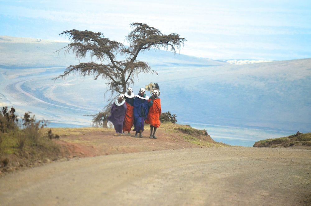 Massai Kinder am Straßenrand auf dem weg in die Serengeti
