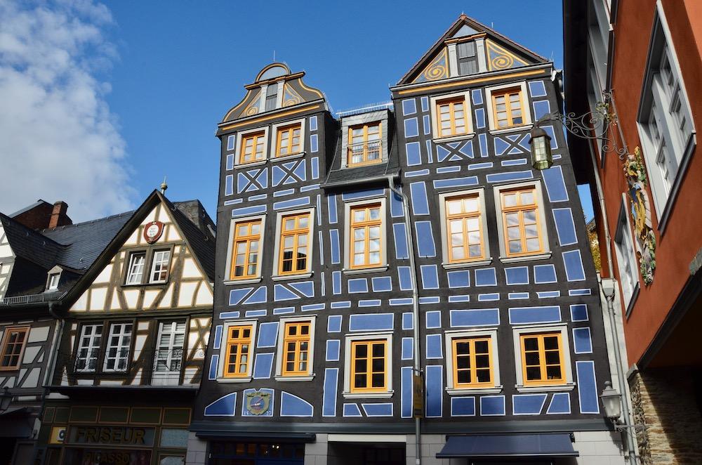 Schiefes Haus